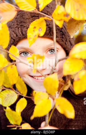 Membre de l'arbre derrière une fille Banque D'Images