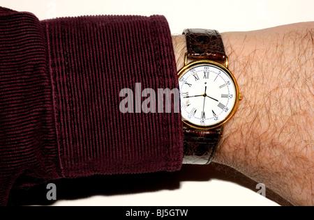 Cher Swiss made watch sur le poignet de l'homme. (Movado) Banque D'Images