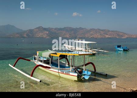 L'Indonésie, Lombok, Gili Air, port, bateaux amarrés en face de Lombok Banque D'Images