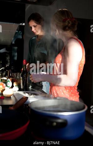 Deux jeunes femmes ensemble de cuisine Banque D'Images