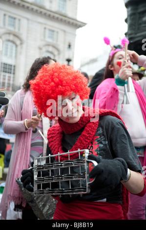 Musicien Femme avec perruque rouge à Valentines Day event à 'Récupérer l'amour' de la commercialisation,London,UK,Piccadilly Circus Banque D'Images