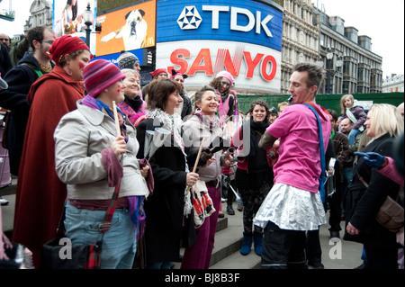 Valentines Day street party par Statue de Eros,à 'Récupérer l'amour' de la commercialisation,Piccadilly Circus, London,UK Banque D'Images
