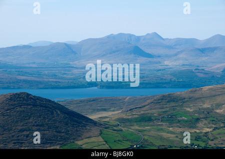 Carrauntoohil et Macgillycuddy Reeks au cours de la Kenmare River, du Knockowen sur la péninsule de Beara, comté de Kerry, Irlande.