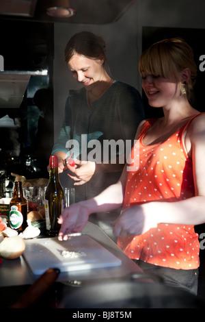 Deux jeunes femmes cuisiner ensemble à la maison dans la cuisine Banque D'Images