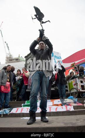 Man dancing Valentines Day street party à 'Récupérer l'amour' de la commercialisation,Piccadilly Circus ,Statue de Eros,London,UK Banque D'Images