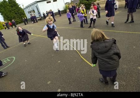 Saut de l'école traditionnelle aire de jeu joué sur la cour de récréation d'une école primaire dans le pays de Galles Banque D'Images
