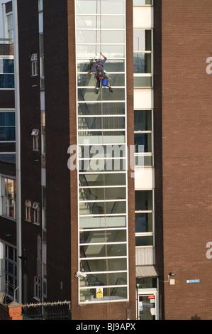 Nettoyant pour vitres sur un immeuble à Londres Banque D'Images