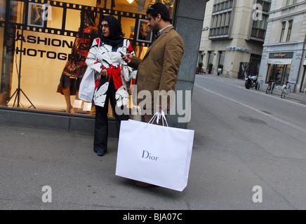 Jeune couple shopping sur la Bahnhofstrasse, Zurich, Suisse Banque D'Images