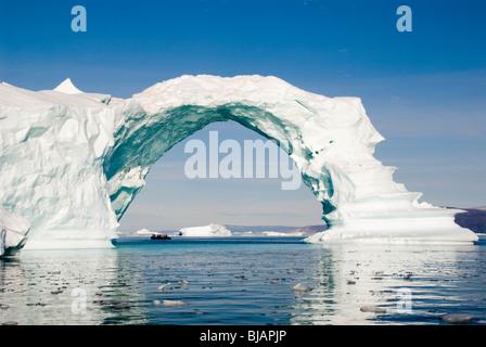 Une arche naturelle dans un iceberg près de Qaanaaq, dans le nord-ouest du Groenland. Banque D'Images