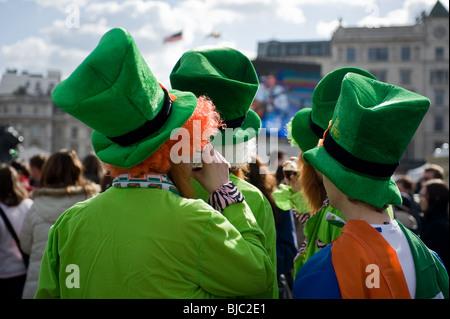 Les gens qui portent des chapeaux de nouveauté et de costumes au cours de la St Patricks Day Parade à Londres. Banque D'Images