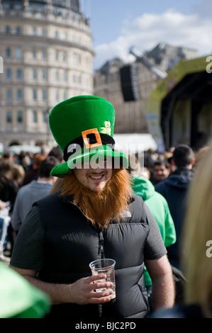 Un homme portant un chapeau de nouveauté et la barbe au cours de la célébration de St Patricks day à Londres.