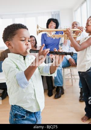 African American Family en regardant les enfants jouer instruments Banque D'Images