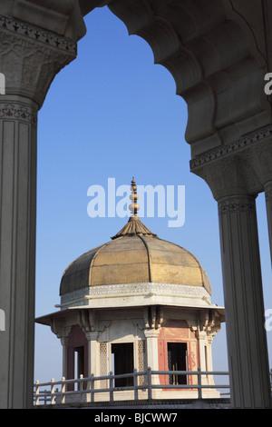 Vue latérale du fort d'Agra construit par l'empereur moghol faite par pierre de sable rouge sur la rivière Yamuna Banque D'Images
