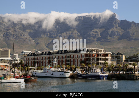 Cape Grace Hotel donne sur le V&A Waterfront Cape Town Afrique Du Sud Table Mountain et 'nappe' la formation de Banque D'Images