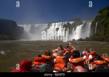 Groupe de touristes sur le bateau près de chutes d'Iguaçu chutes d'Iguazu national park, république de l'Argentine, Banque D'Images
