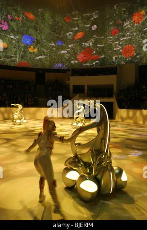 Toyota i-unit' 'véhicules concept et danseurs effectuer dans un spectacle au pavillon de Toyota, de l'Exposition universelle 2005, au Japon. Banque D'Images