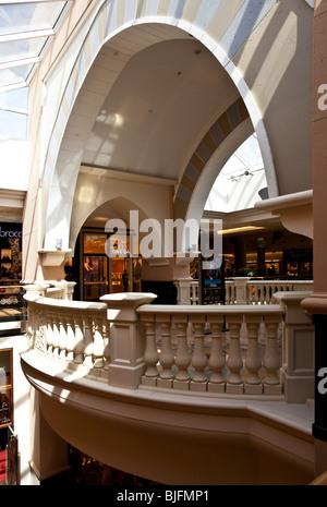 Intérieur de la Unis Mall, l'un des plus grands centres commerciaux au monde, à Dubaï, Émirats arabes unis, ÉMIRATS Banque D'Images
