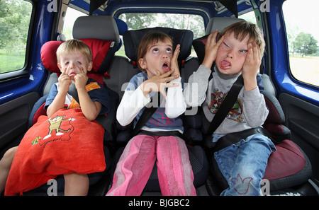 Les enfants dans une voiture faisant visages stupides