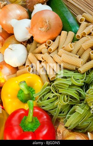 Les pâtes italiennes séchées diverses et de légumes frais y compris les courgettes ou les courgettes, l'oignon, Banque D'Images