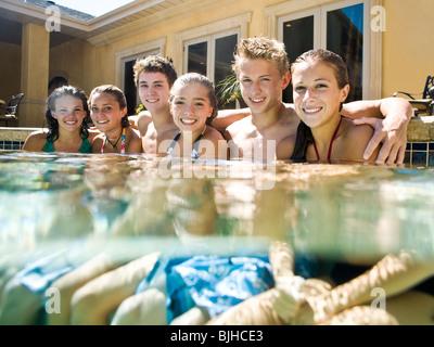 Les adolescents dans une piscine Banque D'Images