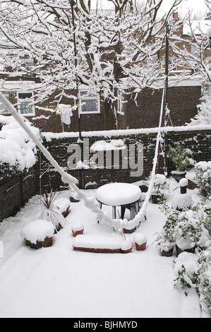Voir à partir de la fenêtre d'arrière du jardin couvert de neige Banque D'Images