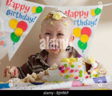Couverts bébé dans le gâteau d'anniversaire Banque D'Images