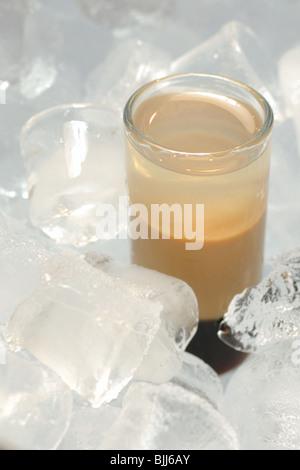 B52 cocktail servi dans la glace avec Kahlua, Baileys, Cointreau Banque D'Images
