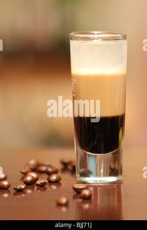 B52 cocktail servi au bar avec Kahlua, Baileys, Cointreau