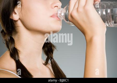 Teenage girl drinking l'eau en bouteille