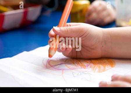 Main tenant un crayon, d'un enfant en maternelle, dessin Banque D'Images