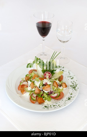 Salade de printemps au restaurant fait de saumon grillé et légumes Banque D'Images