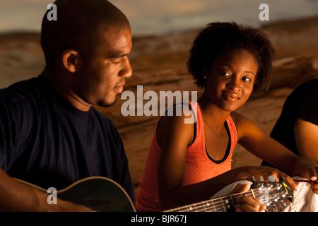 L'homme qui joue de la guitare avec des amis Banque D'Images