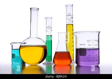 Verrerie de laboratoire avec des liquides de différentes couleurs sur fond blanc Banque D'Images