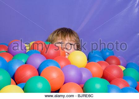 Garçon dans une piscine à balles Banque D'Images