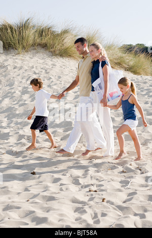 Family walking on beach Banque D'Images