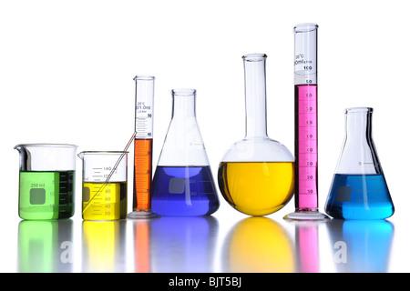 Verrerie de laboratoire avec des liquides de couleur sur fond blanc Banque D'Images