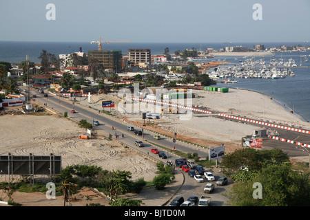 Route principale menant à la marina et l'île. Vu de la Fortaleza de Sao Miguel. Luanda. L'Angola. Afrique du Sud Banque D'Images