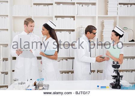 Médecins et infirmières parler Banque D'Images