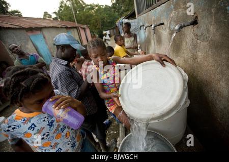 Les résidents de Mirebalais, Haïti aller chercher de l'eau potable d'une source. Banque D'Images