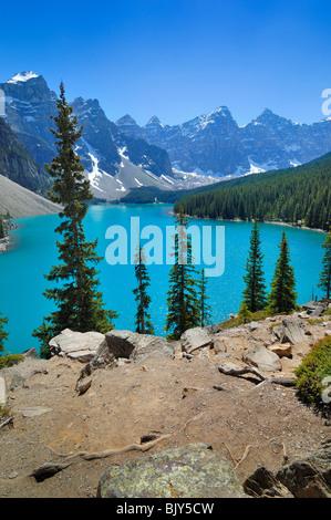 Le lac Moraine dans la province d'Alberta, Canada, est un des plus beaux lacs du pays. Banque D'Images