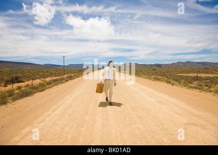 Homme seul, route solitaire Banque D'Images