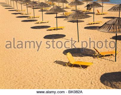 Chaises longues sur la plage Banque D'Images