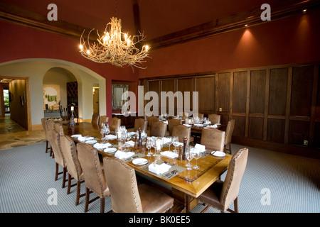 les param tres de table de luxe pour des repas avec et verrerie belle arri re plan flou pour. Black Bedroom Furniture Sets. Home Design Ideas