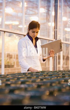 Chercheur indien working in laboratory