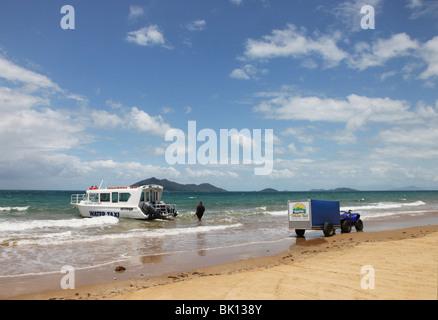 Mission Beach water taxi avec Dunk Island dans l'arrière-plan. Banque D'Images
