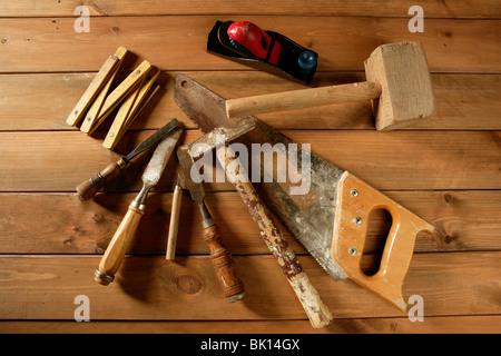 Artisan menuisier bois marteau scie outils à main avion bande gouge Banque D'Images