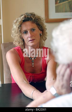 Femme adulte parlant avec sa vieille mère donnant des conseils judicieux