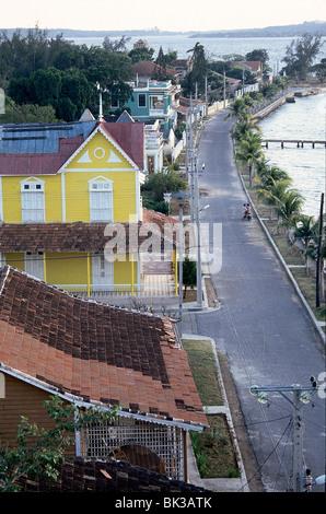 Maisons colorées le long de Punta Gorda, l'étroite bande de terre qui s'étend dans la baie de Cienfuegos, Cuba Banque D'Images