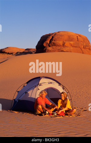 Couple camping dans les dunes de sable blanc au sud de la ville de Green River, dans l'Utah. Banque D'Images