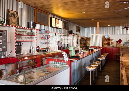Intérieur de style années 1950 soda bar avec tabourets dans diner Fort Davis Texas USA Banque D'Images